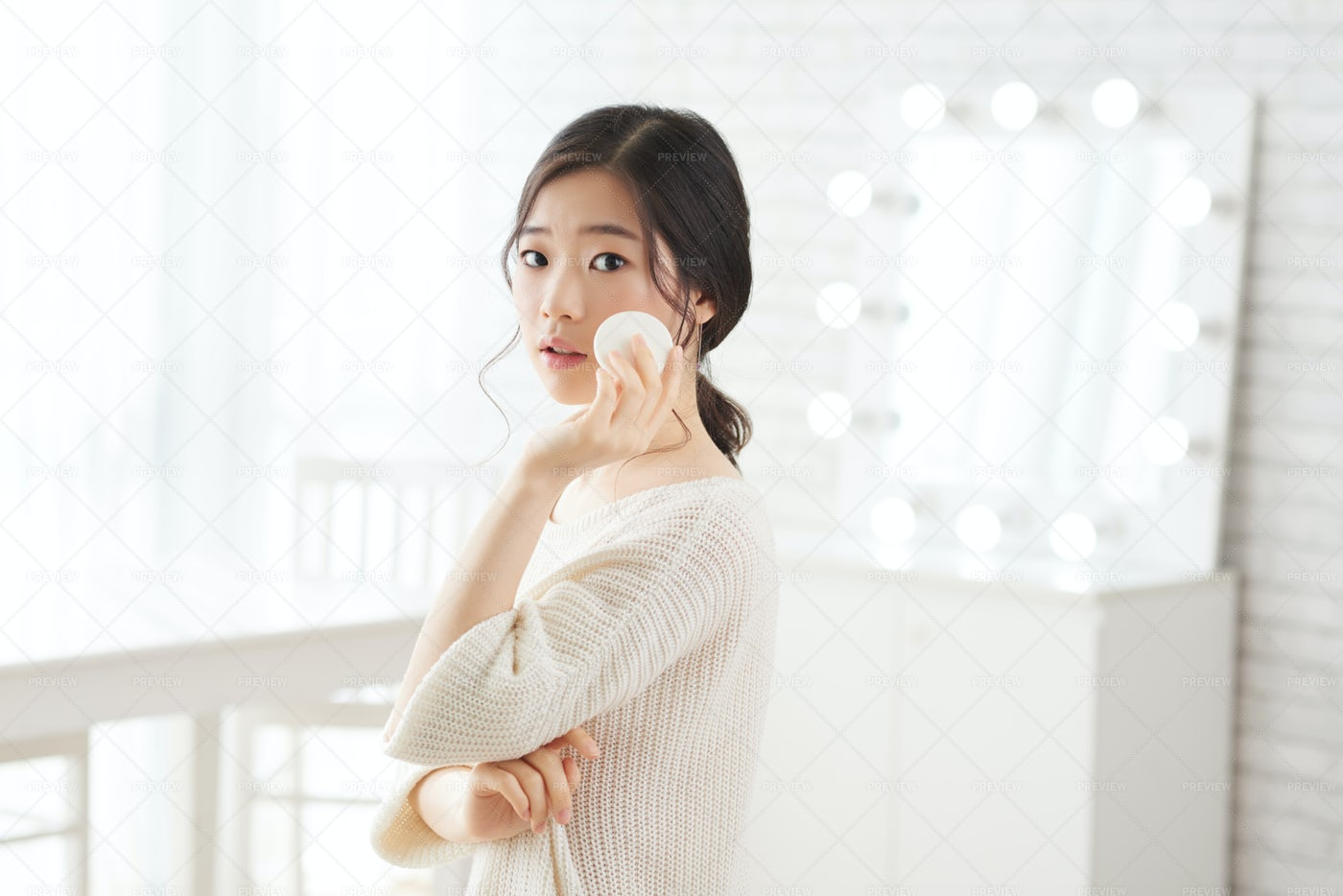 Young Woman Doing Make-up: Stock Photos