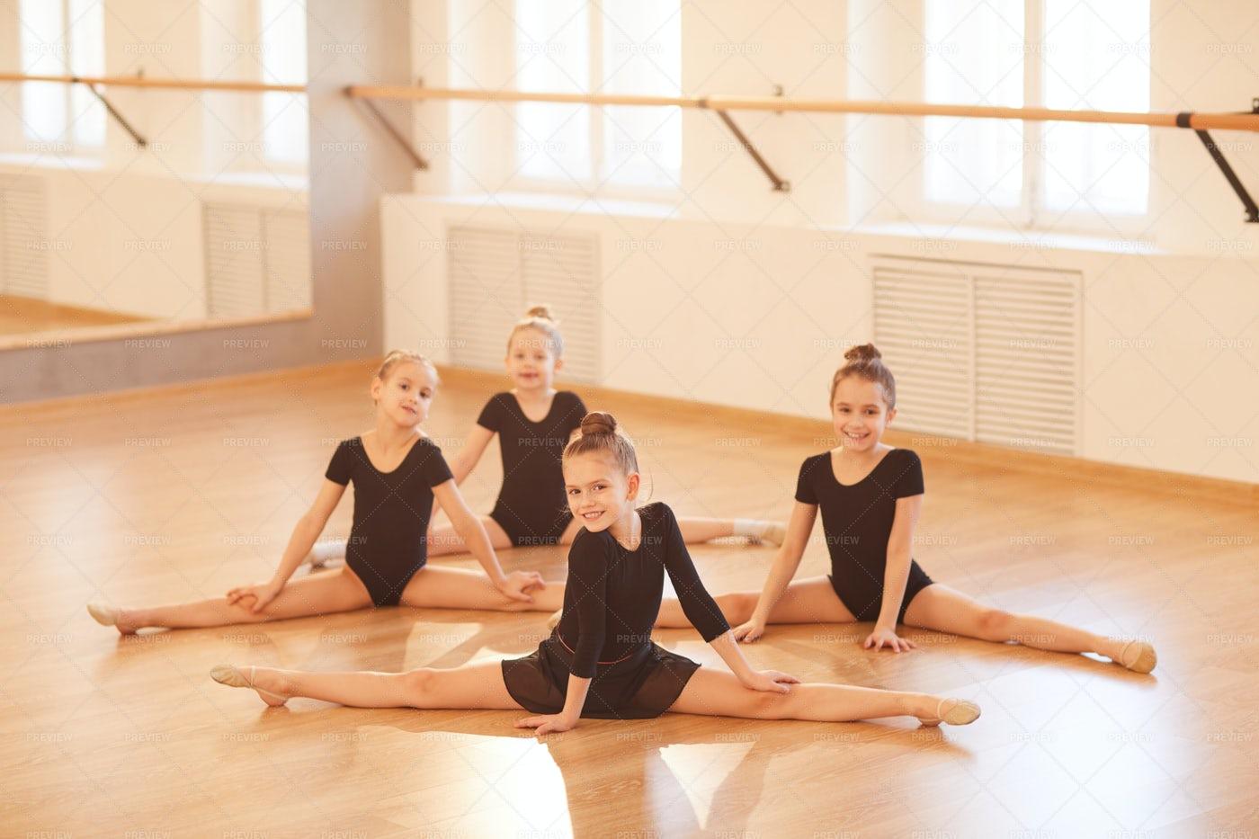 Girls Doing Splits: Stock Photos