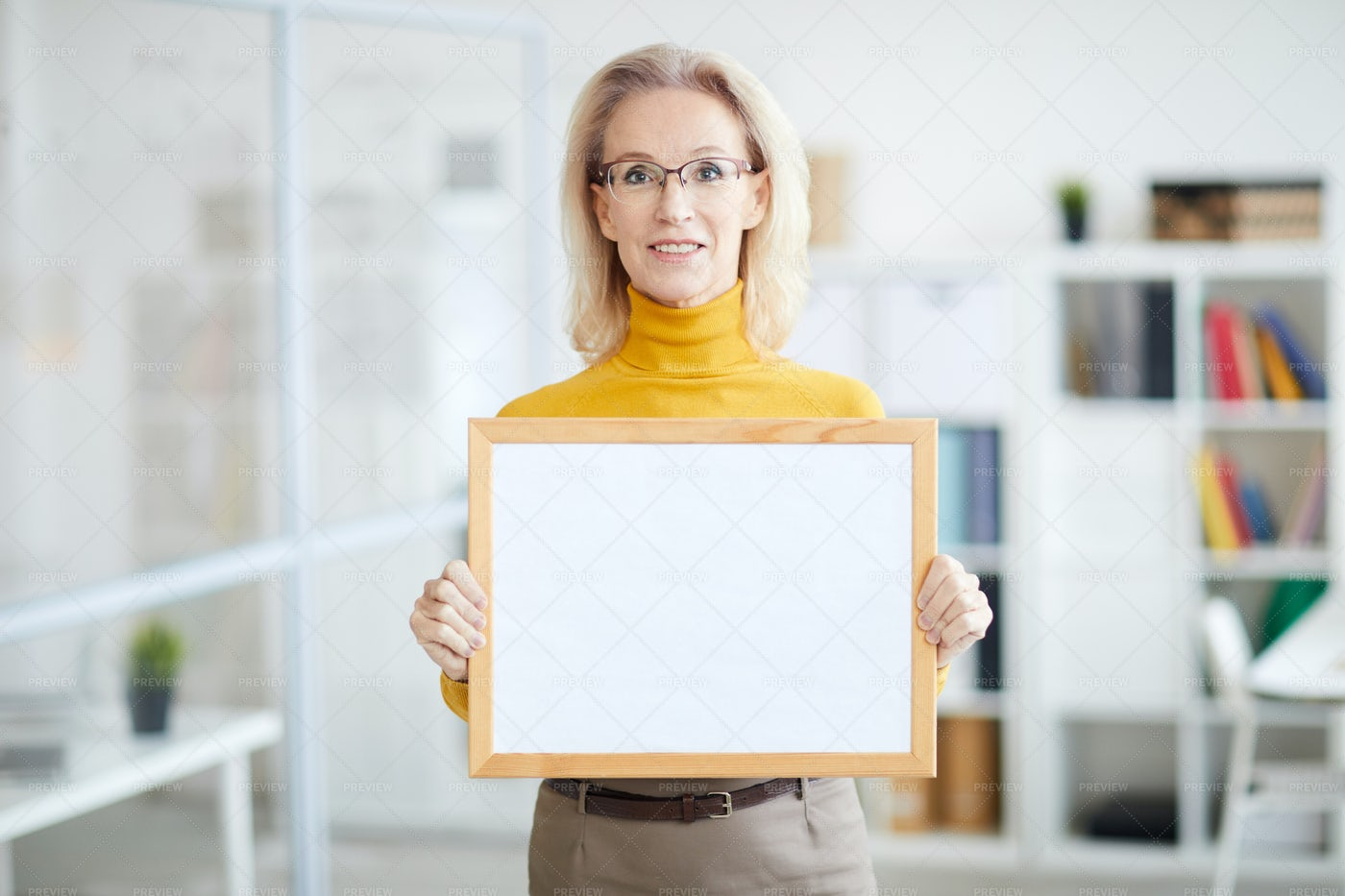 Businesswoman Holding Blank Sign: Stock Photos