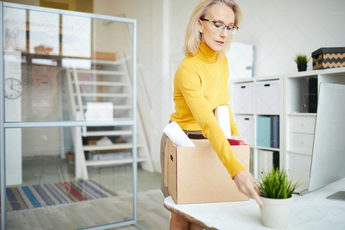 Businesswoman Packing Up: Stock Photos