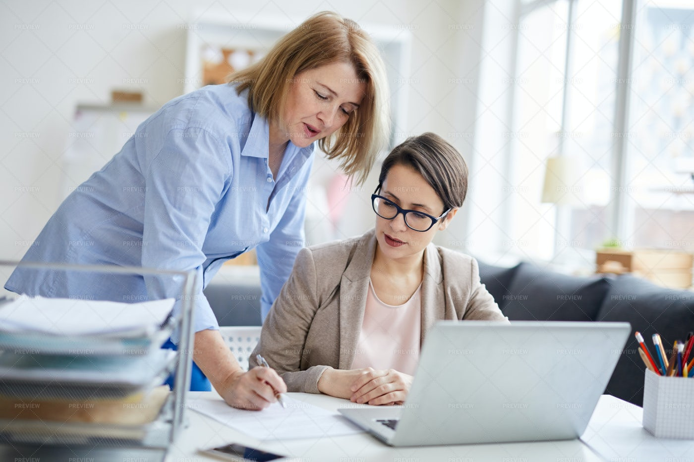 Female Manager Talking To Employee: Stock Photos