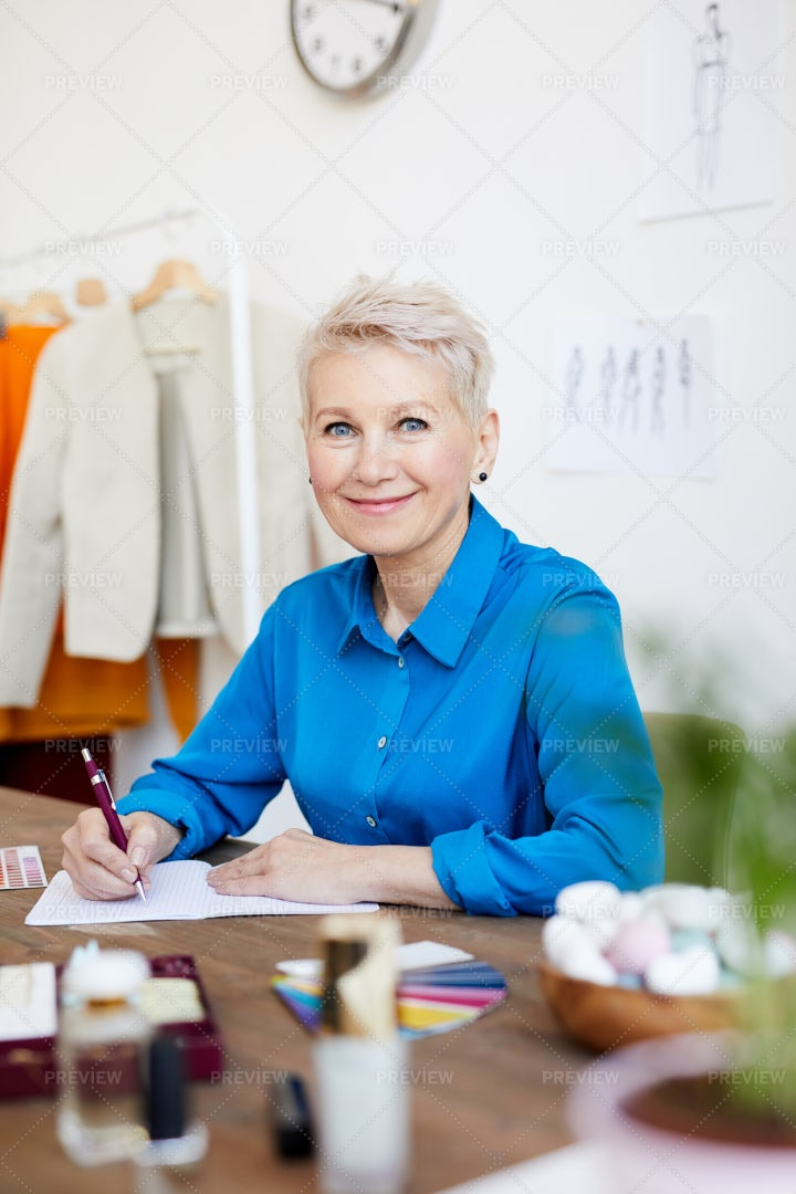 Female Designer In Studio: Stock Photos