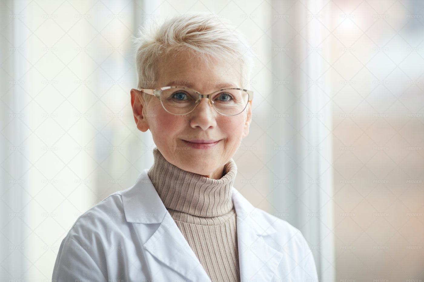 Portrait Of Smiling Female Doctor: Stock Photos