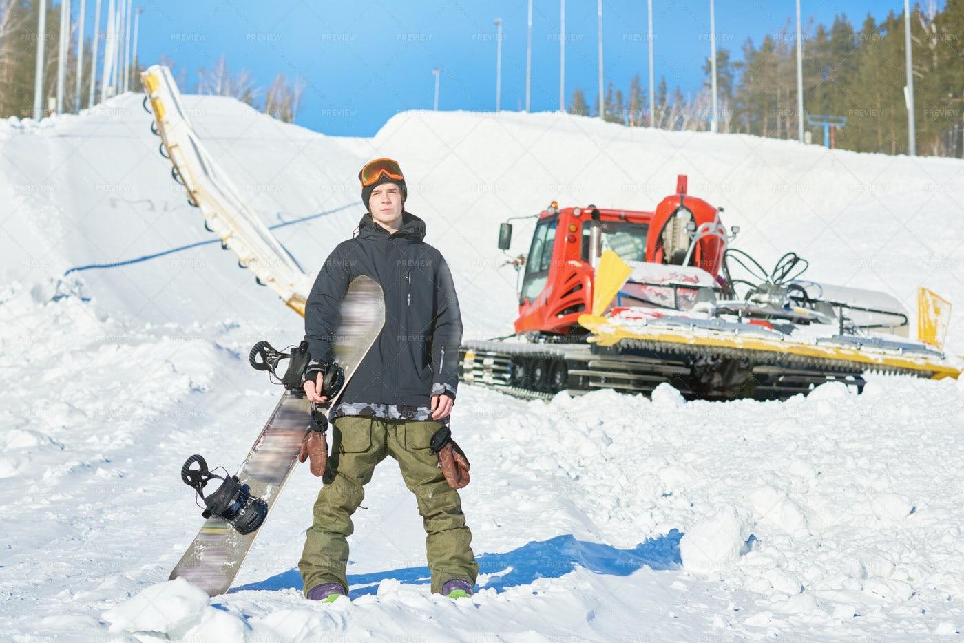 Snowboarder Posing On Piste: Stock Photos
