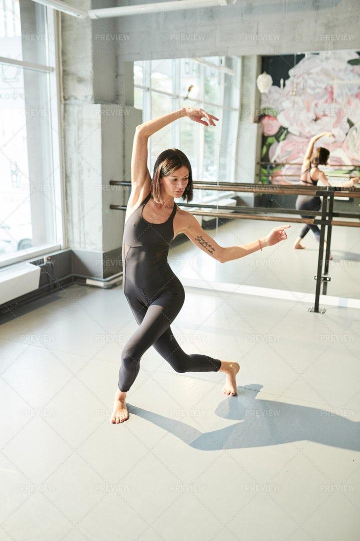 Female Dancer In Studio: Stock Photos