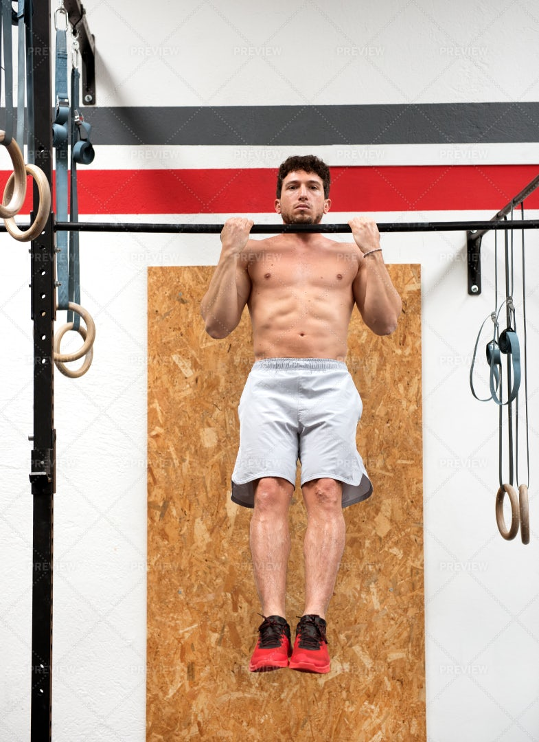 Bodybuilder Doing Pull Ups: Stock Photos