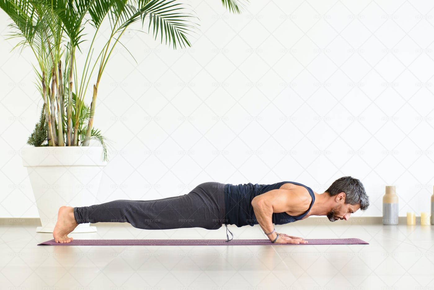 Yoga Chaturanga Push-ups: Stock Photos