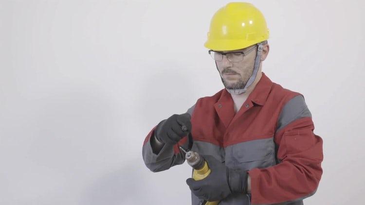 Worker preparing  a drilling machine: Stock Video