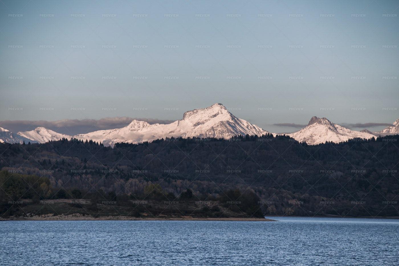 Mountains Beyond The Lake: Stock Photos