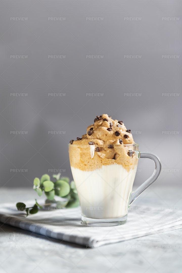 Dalgona Frothy Coffee: Stock Photos