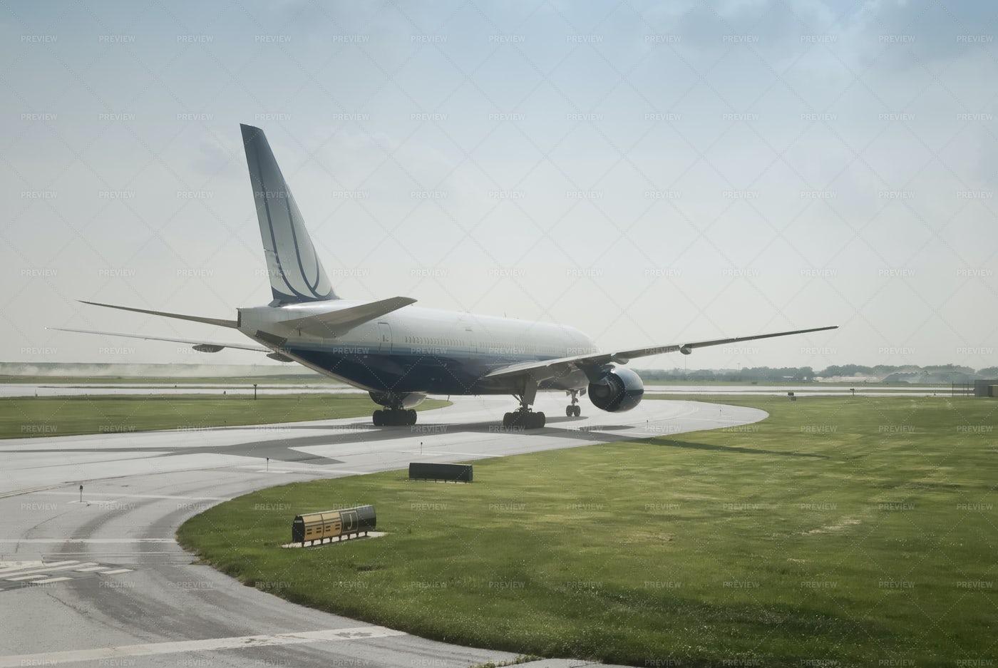 Double Engine Passenger Jet: Stock Photos