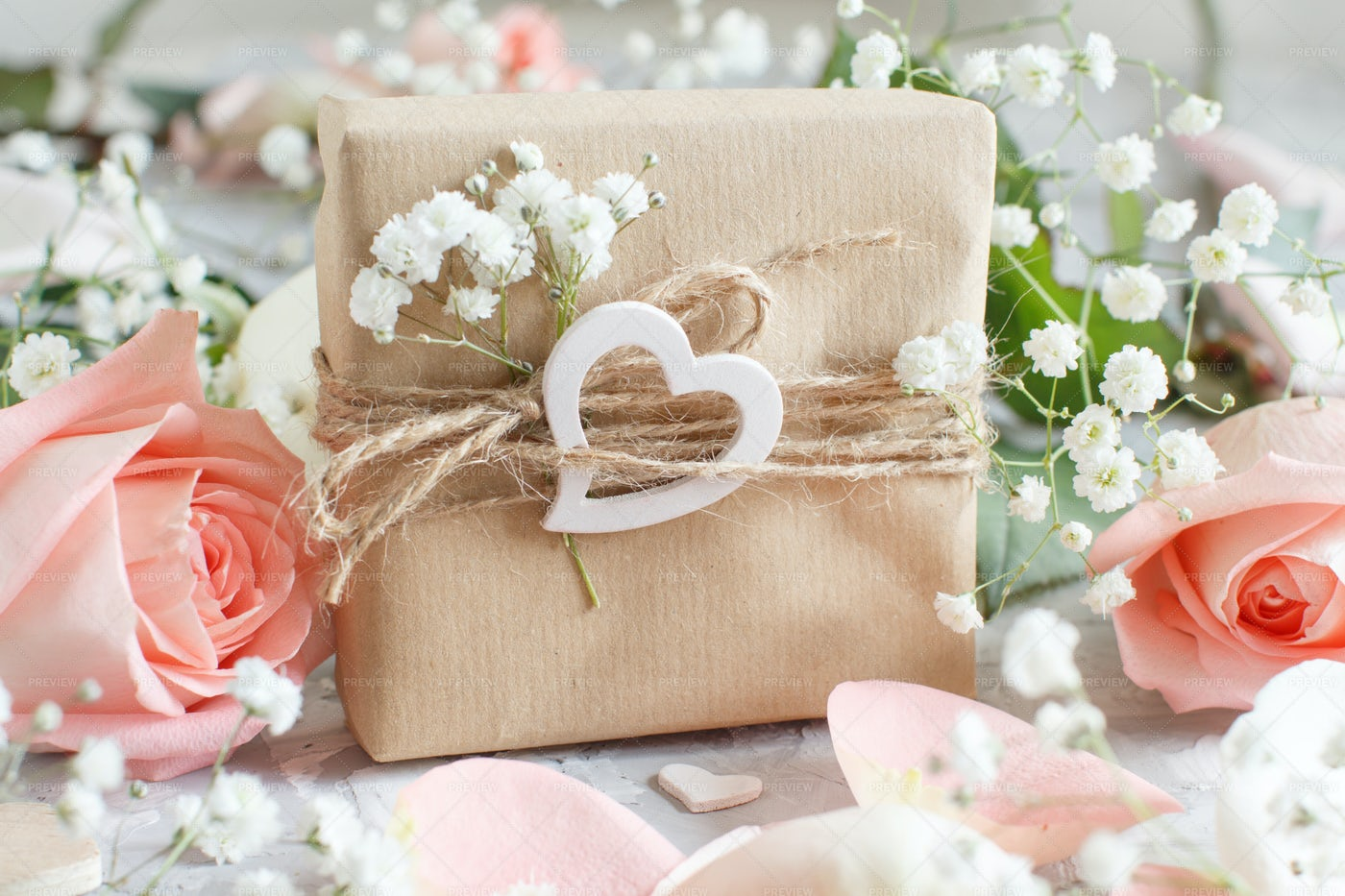 Gift Box With Roses: Stock Photos