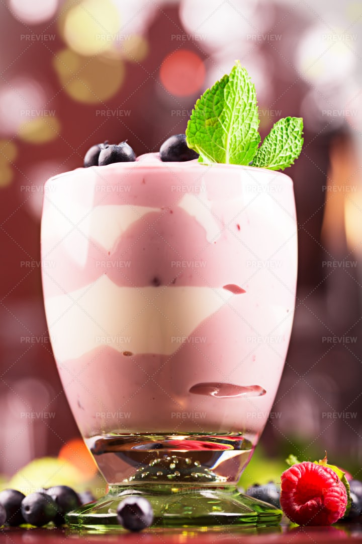 Creamy Blueberry Yogurt: Stock Photos