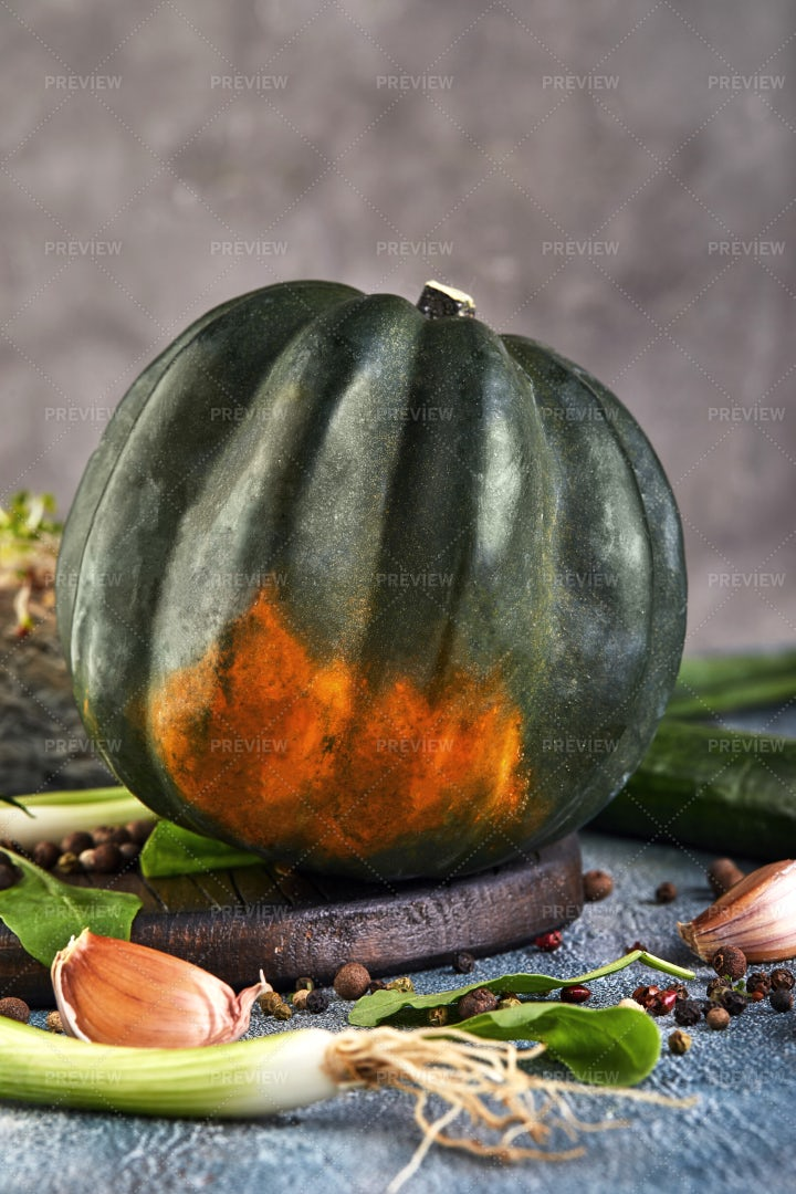 Green Kabocha Squash With Onions: Stock Photos