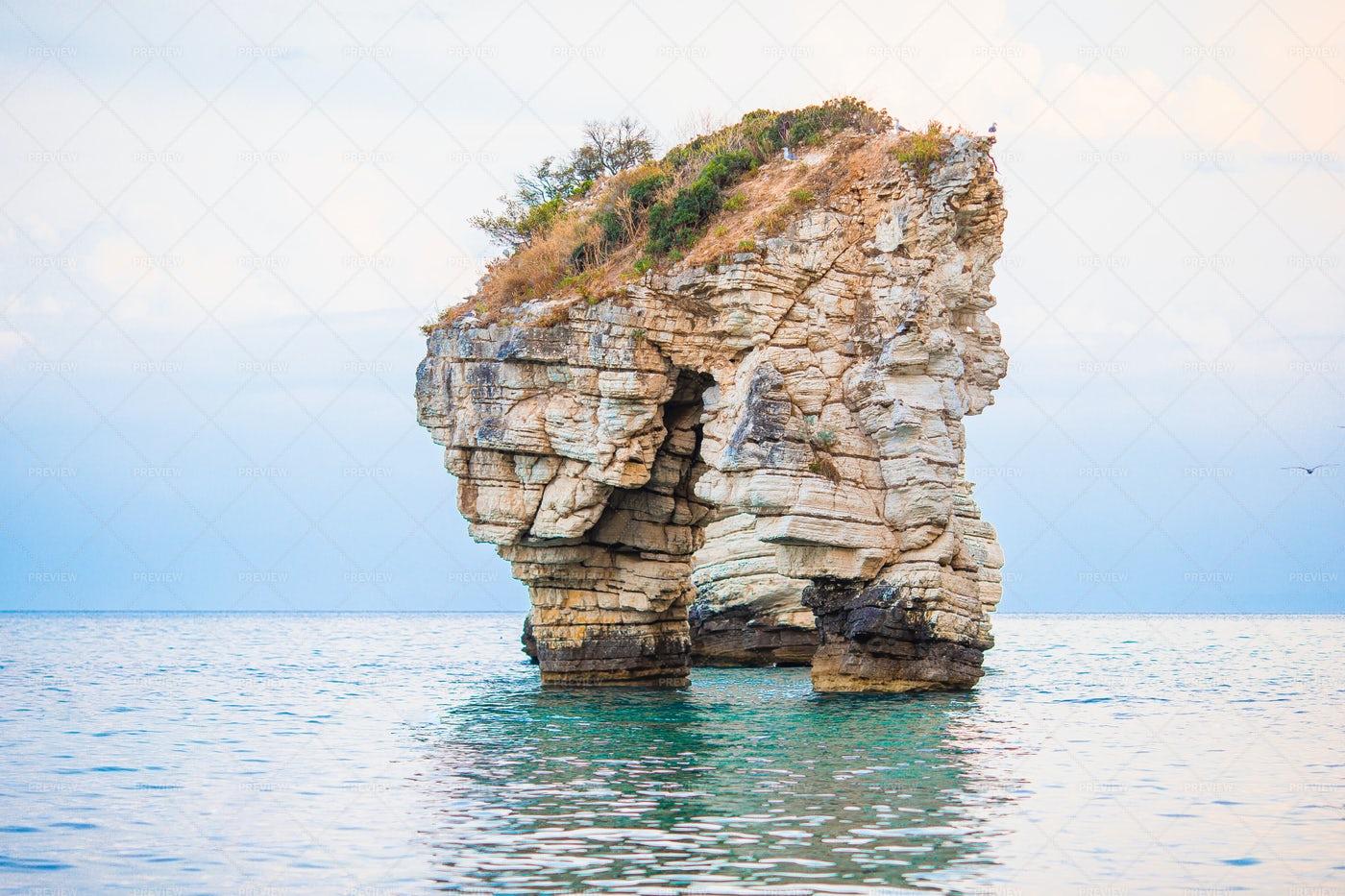 Ocean Rock Pillar: Stock Photos