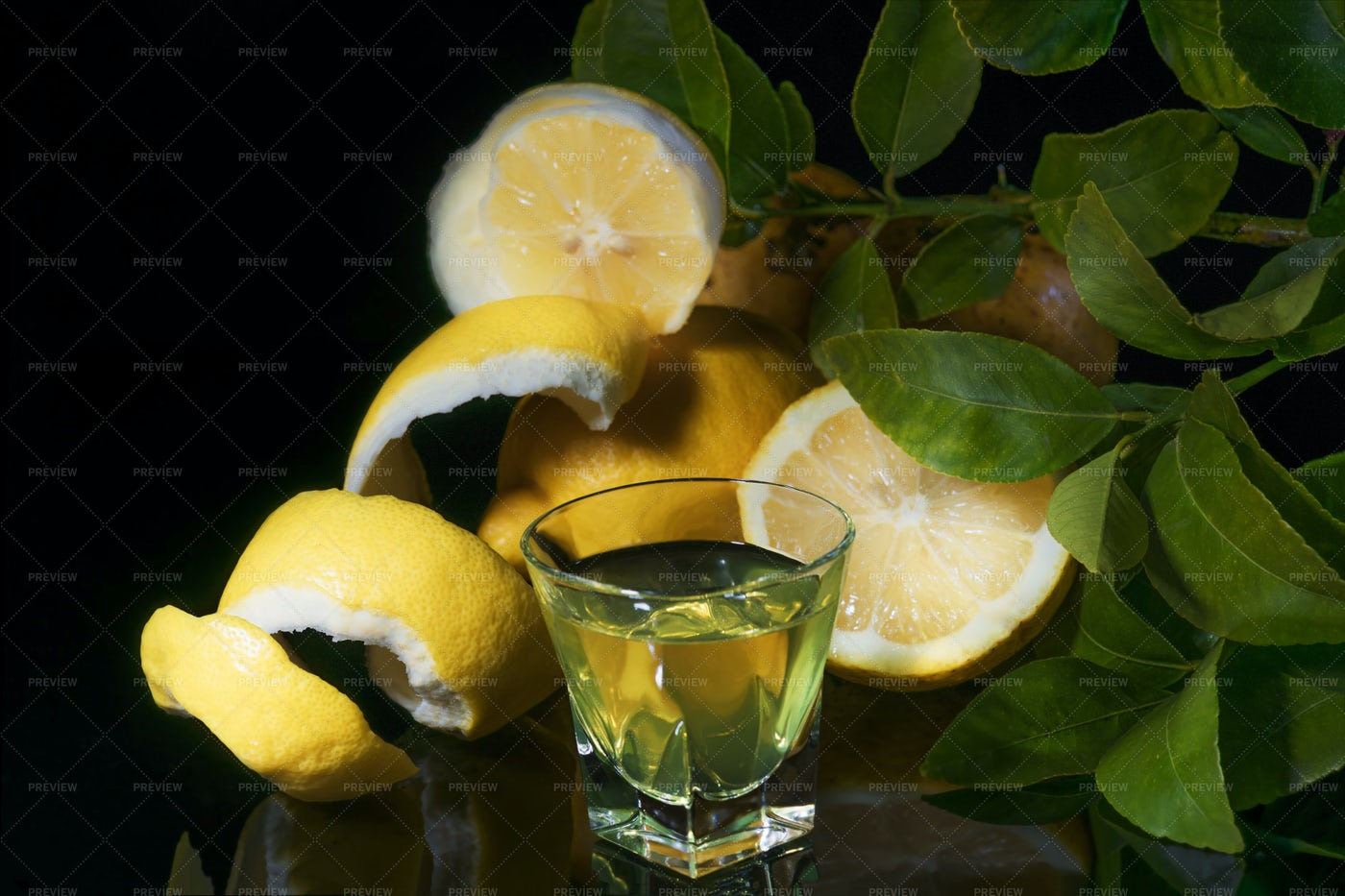 Limoncello Lemon Liqueur: Stock Photos