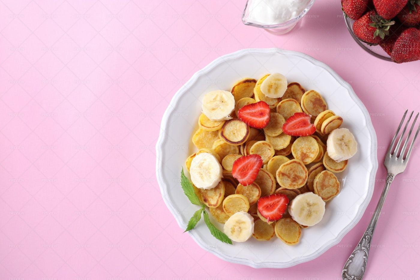 Trendy Tiny Pancakes: Stock Photos