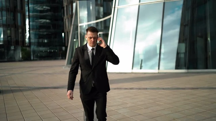 Hurrying Businessman on Smartphone: Stock Video