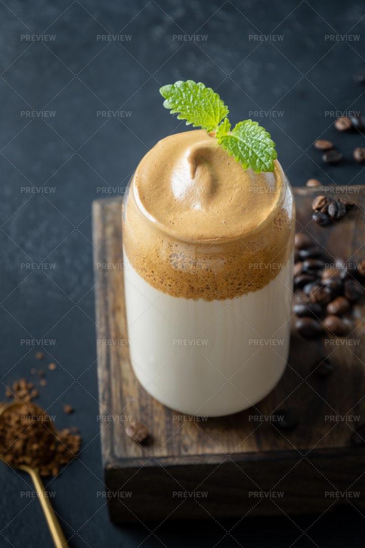 Dalgona Coffee With Mint: Stock Photos
