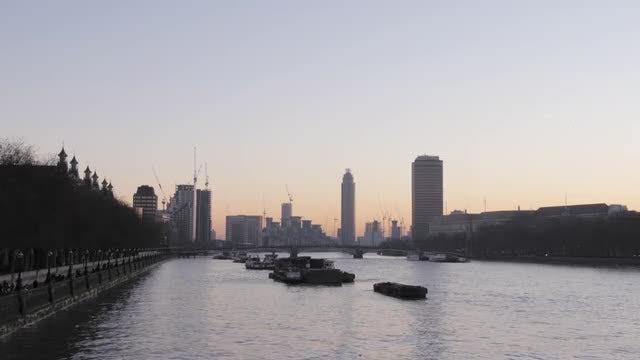 Thames And St George Wharf: Stock Video