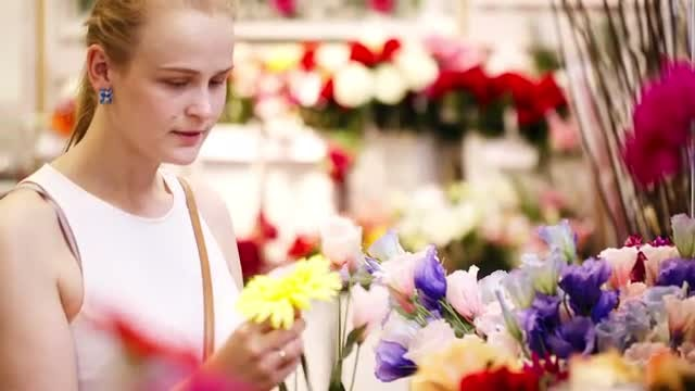 Beautiful Lady Selecting Fresh flowers: Stock Video