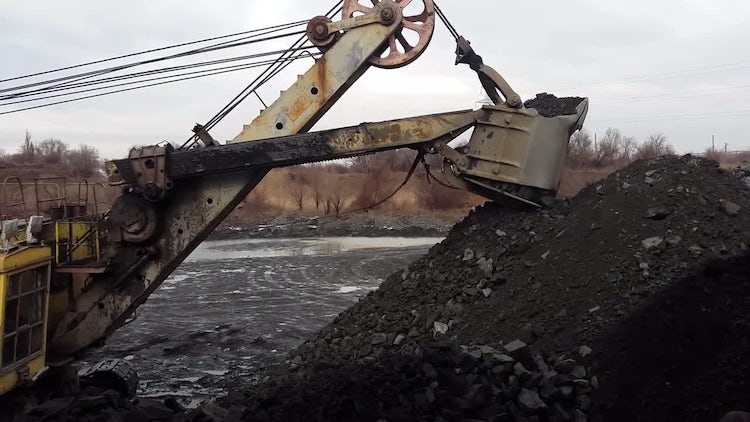 Excavator Loads The Ore : Stock Video