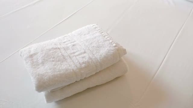 White clean towels on the bed: Stock Video