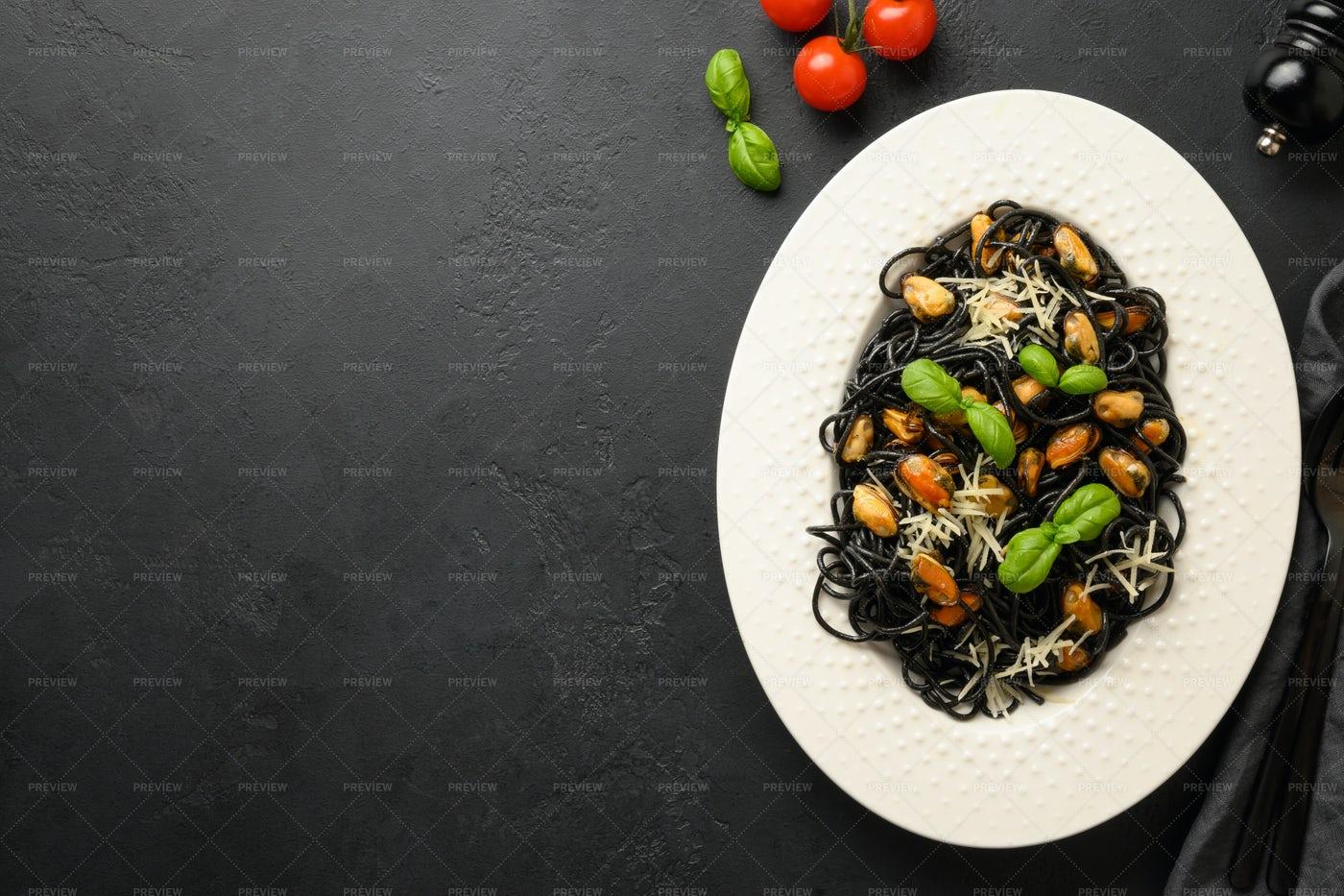 Black Spaghetti: Stock Photos