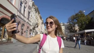 Tourist Girl Streaming Video Chat: Stock Video