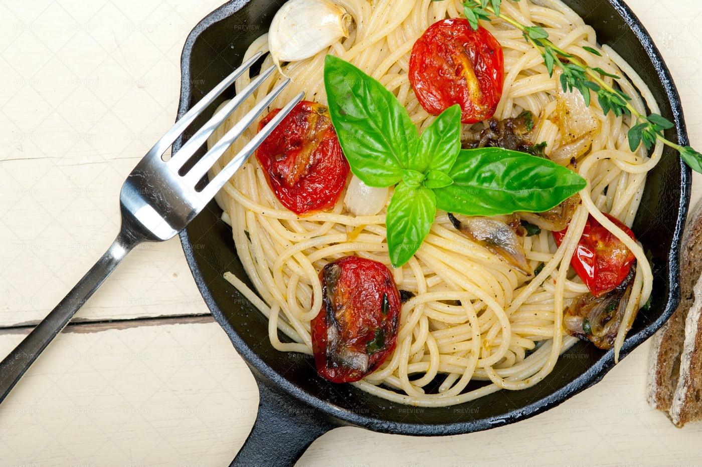 Spaghetti With Baked Cherry Tomatoes: Stock Photos