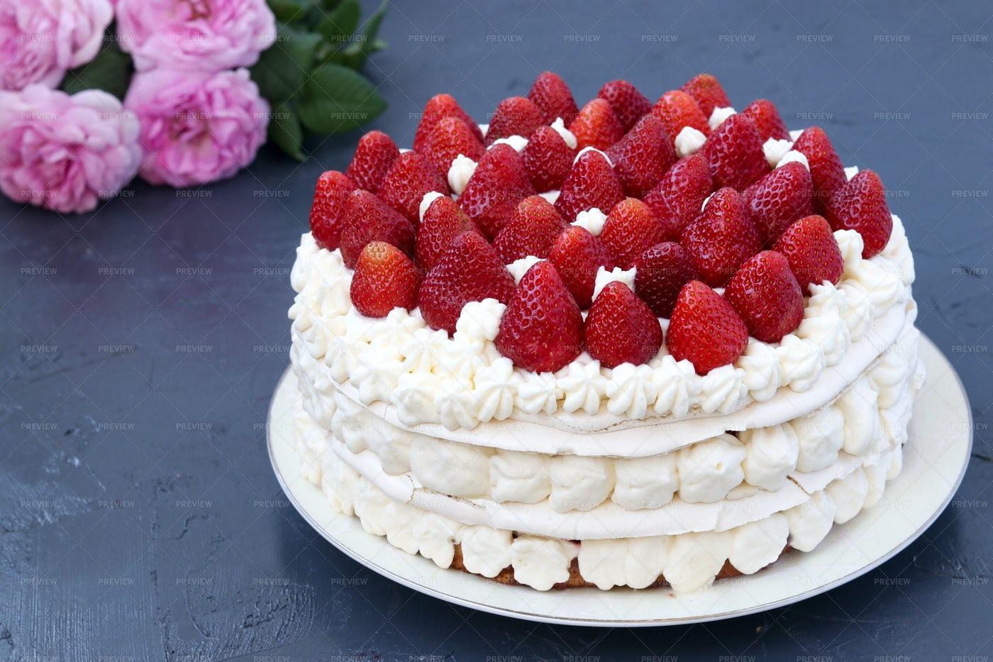 Pavlova Cake With Strawberries: Stock Photos