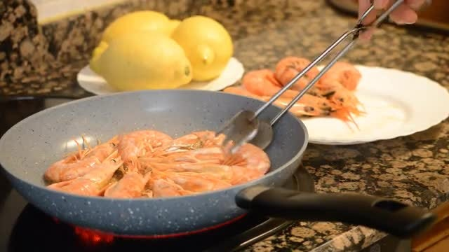Frying Shrimp : Stock Video