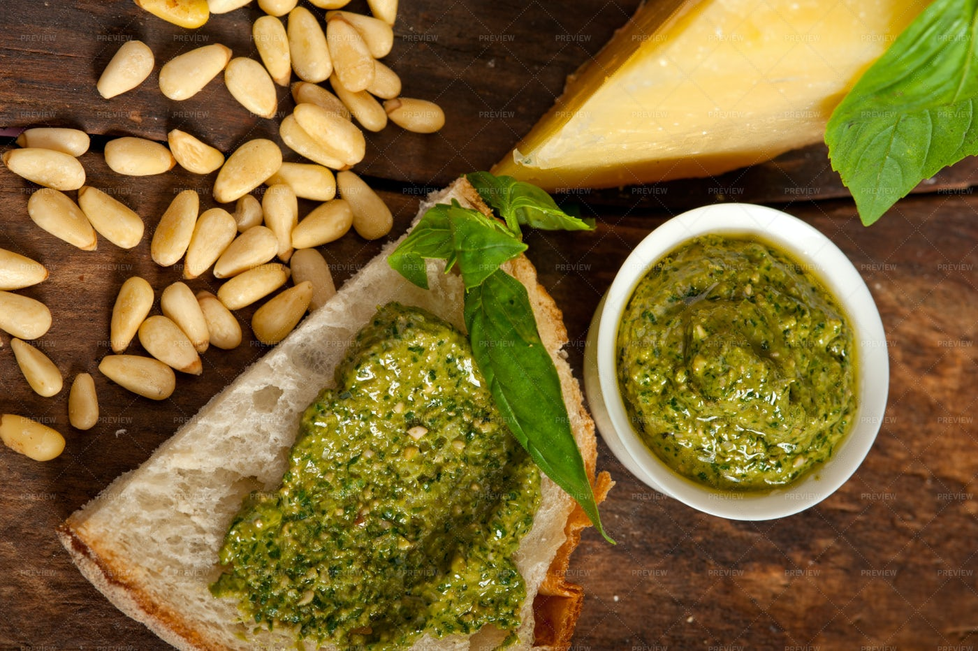 Italian Basil Pesto Bruschetta: Stock Photos