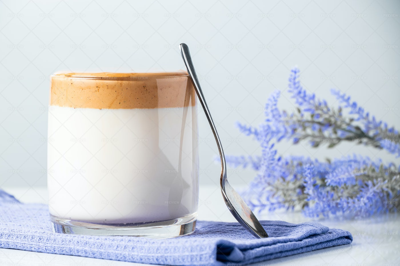 Trendy Dalgona Coffee: Stock Photos