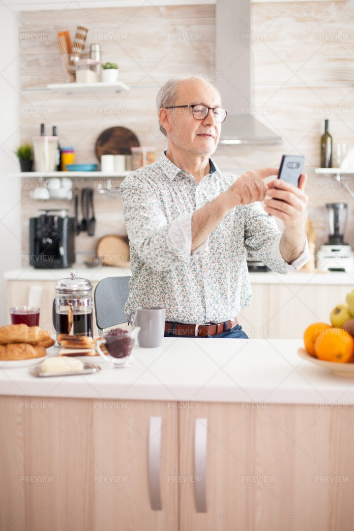 Elderly Man Using Smartphone: Stock Photos