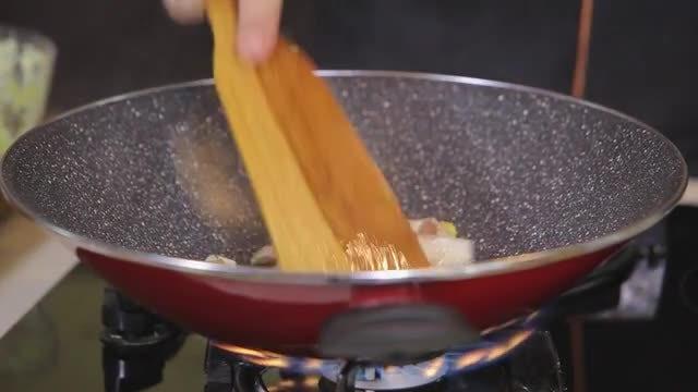 Chef Sauteing Chicken: Stock Video