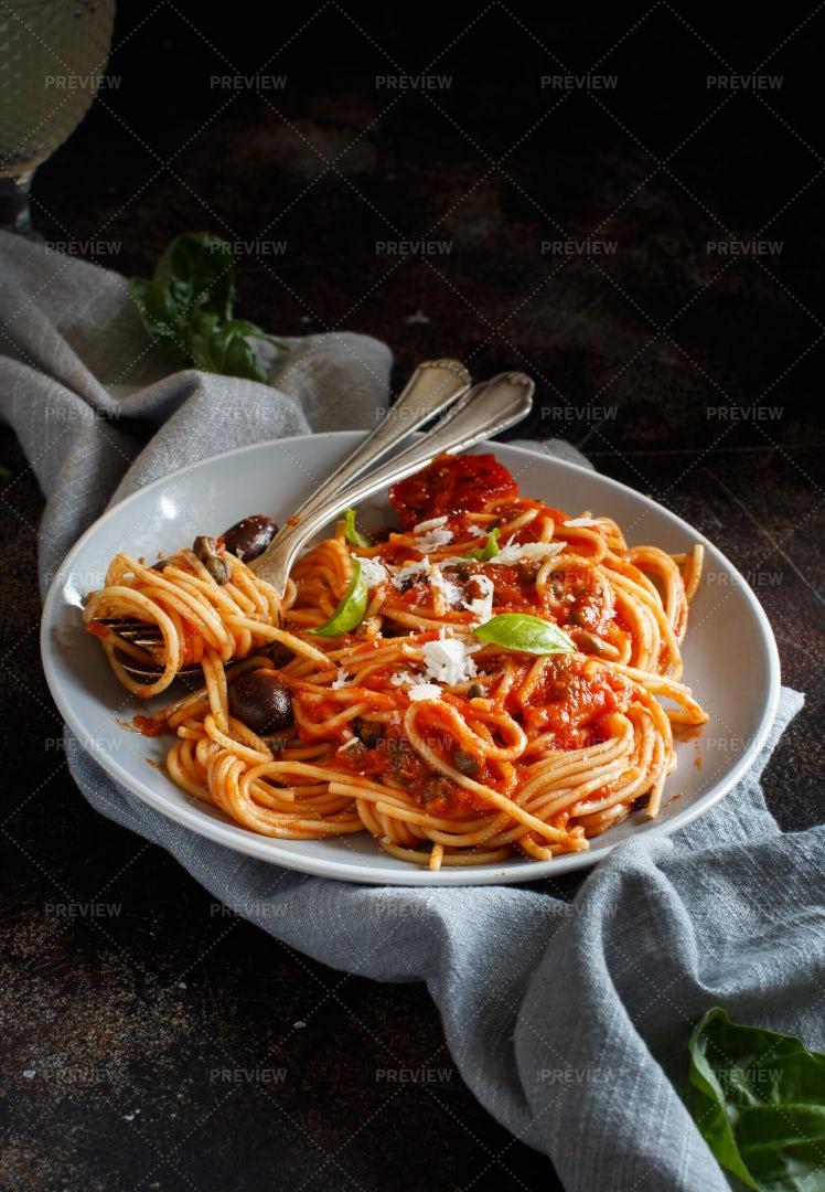 Spaghetti Alla Puttanesca: Stock Photos