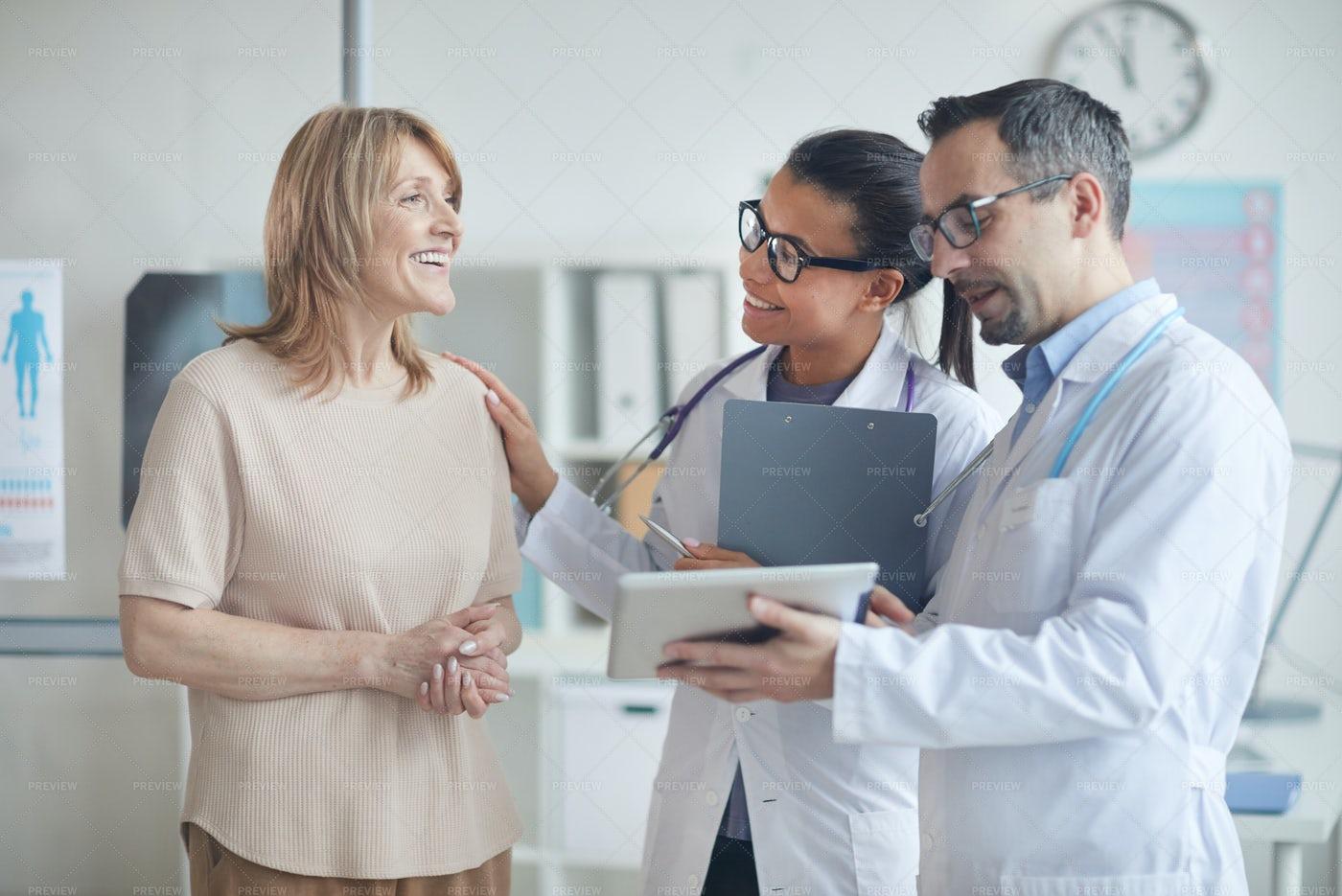 Doctors Discuss Treatment With Patient: Stock Photos