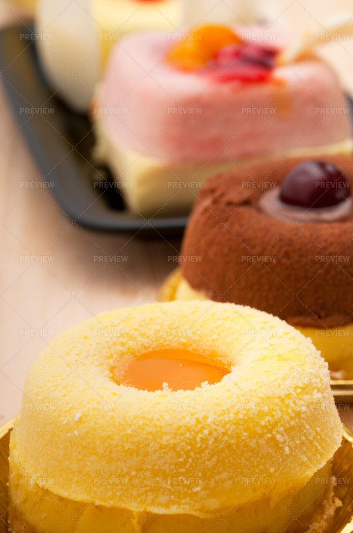 Fresh Berry Fruit Cake: Stock Photos