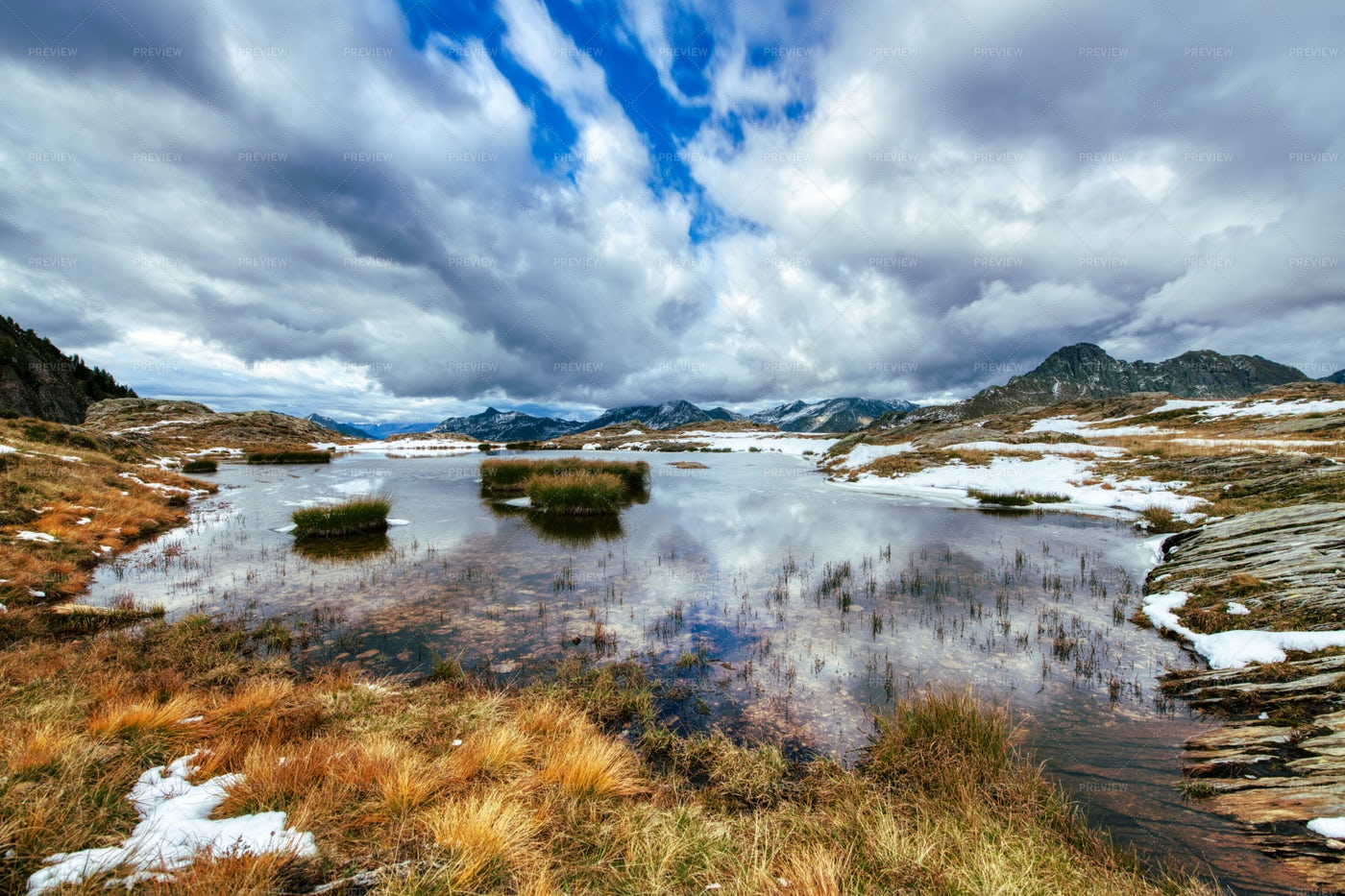 Early Autumn In A Small Lake: Stock Photos