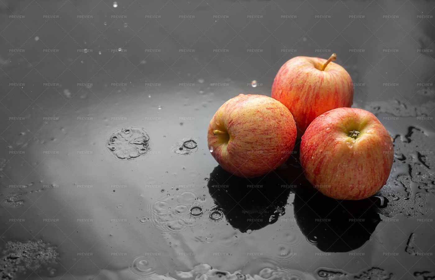 Fresh Red Apples: Stock Photos