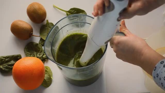 Mixing The Green Smoothie: Stock Video