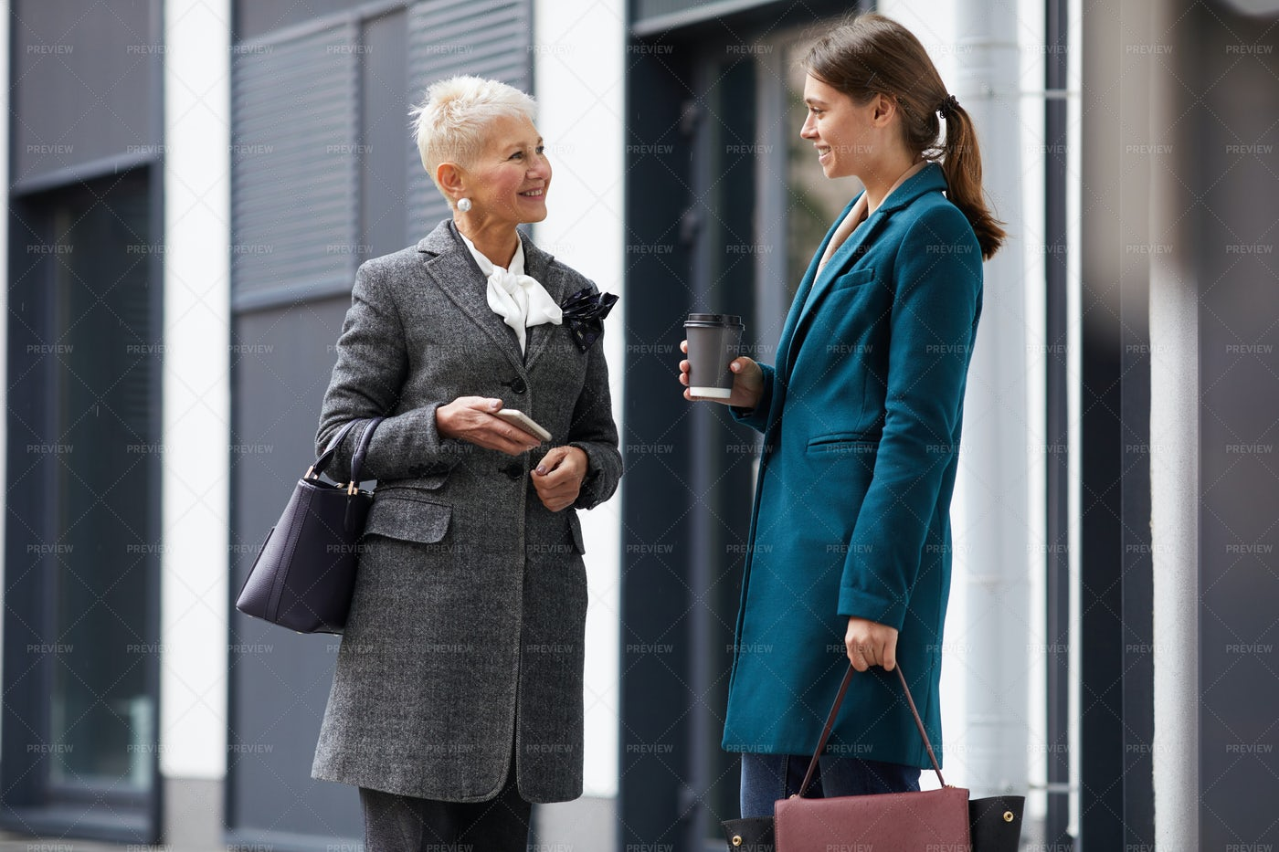 Two Women Meeting In The City: Stock Photos