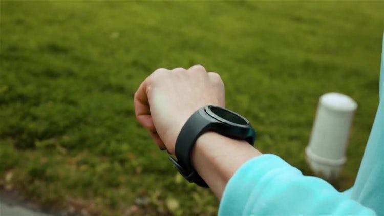 Woman Athlete Using Smart Watch : Stock Video