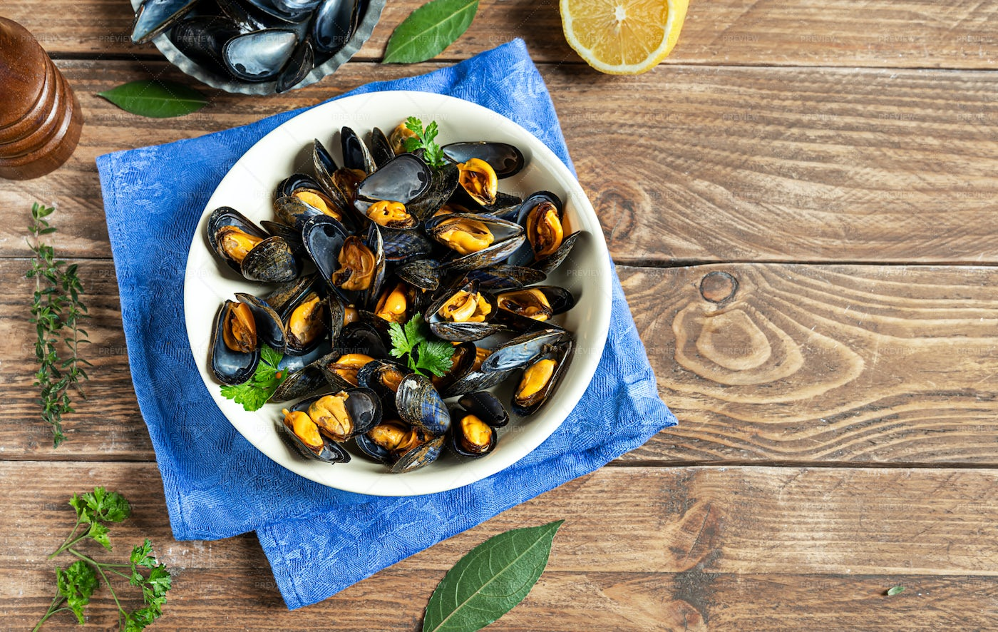 Tasty Steamed Mussels: Stock Photos