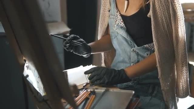Female Artist Puts on Gloves: Stock Video
