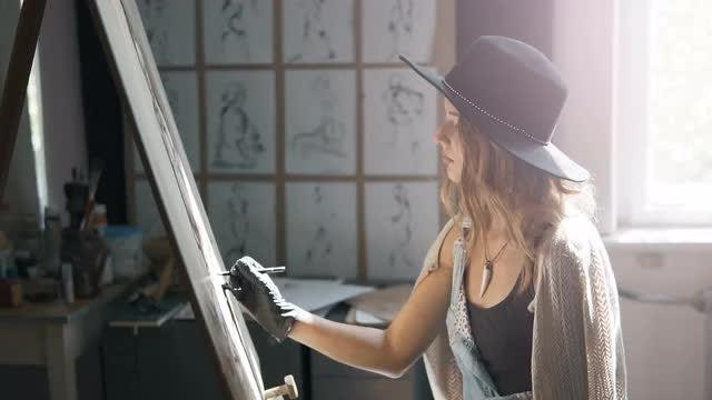 Female Artist Draws Picture: Stock Video