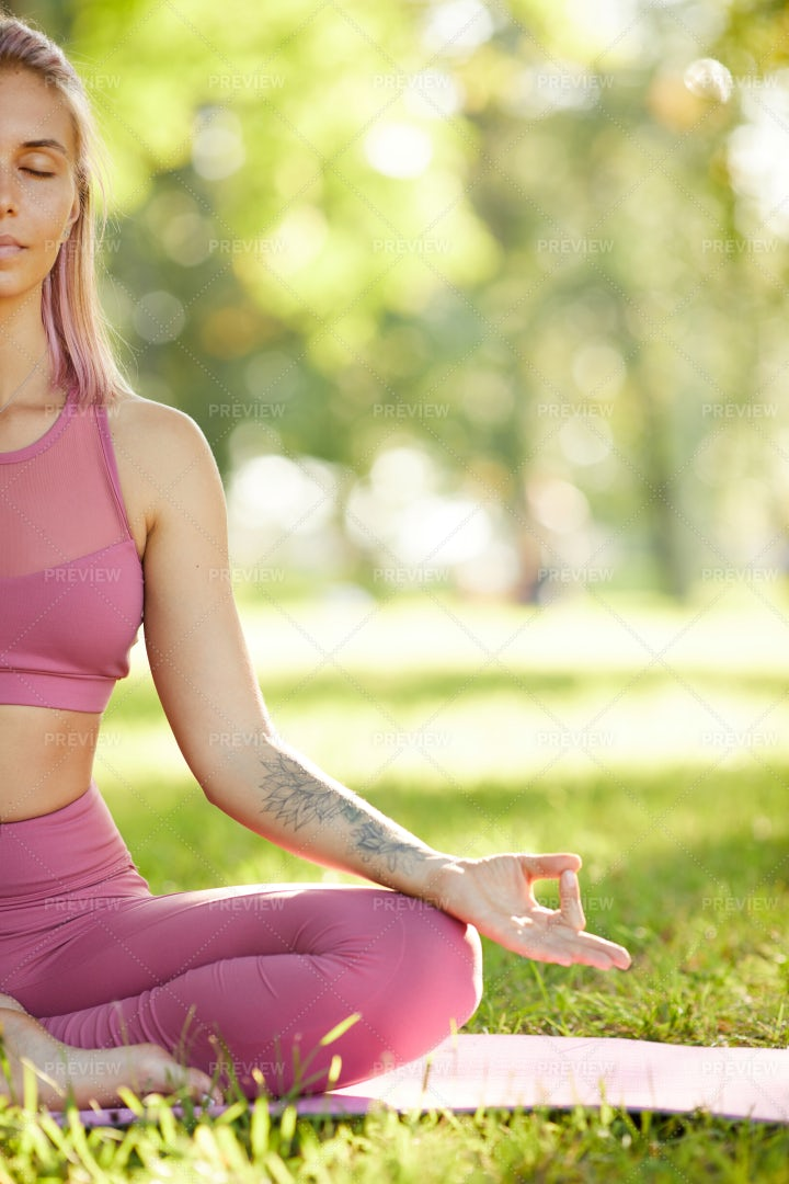 Yoga In The Park: Stock Photos
