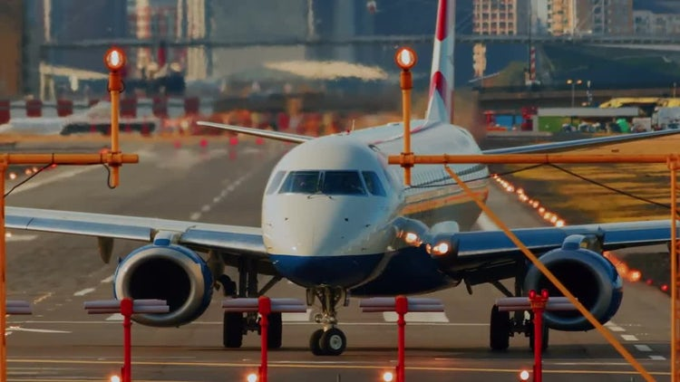 Airplane Turning On Runway : Stock Video
