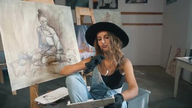Female Fine Artist In Studio: Stock Video